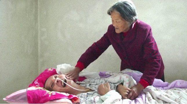 Az idős asszony 12 évig gondoskodott kómában fekvő fiáról - ám munkája most sem ért véget, hogy a férfi magához tért