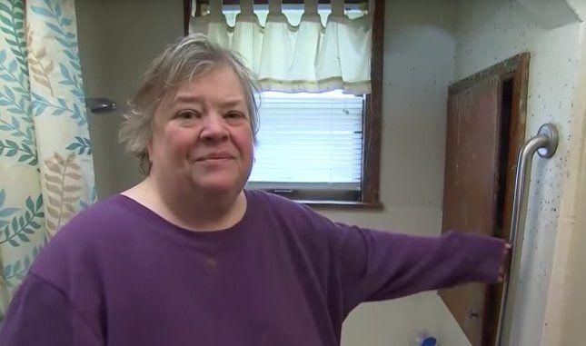 Az asszony épp azt a kapaszkodót mutatja, mit a kádból való kiszálláshoz általában használ                                  © YouTube
