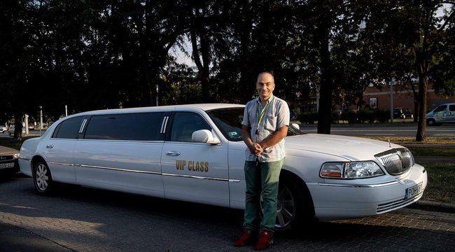 Zoli saját költségen bérli a limuzint, hogy beültetve a kis  betegeket, mosolyt csaljon az arcukra
