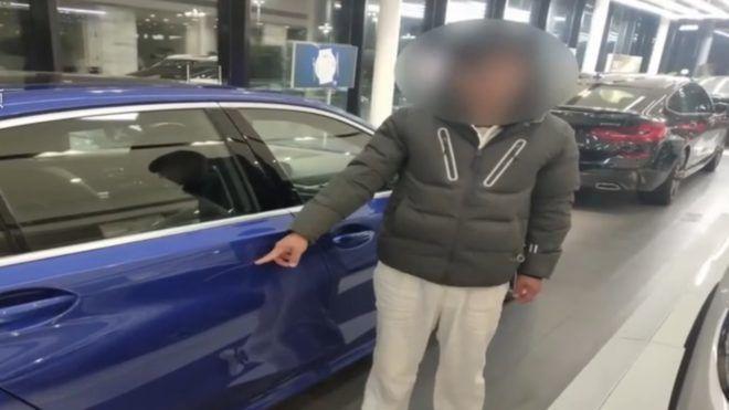 Egy 22 éves végigkarcolta a szalonban álló BMW-t, hogy apja kénytelen legyen azt megvenni neki