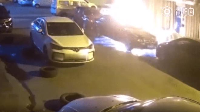 Meg akart ölni egy csótányt, három autót égetett porrá - Online Rádió - Egy Lépéssel Közelebb Hozzád! _ LépésRádió