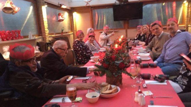 Megható! Vacsorát és fuvart ad az időseknek ingyen az egyik kocsma karácsonykor