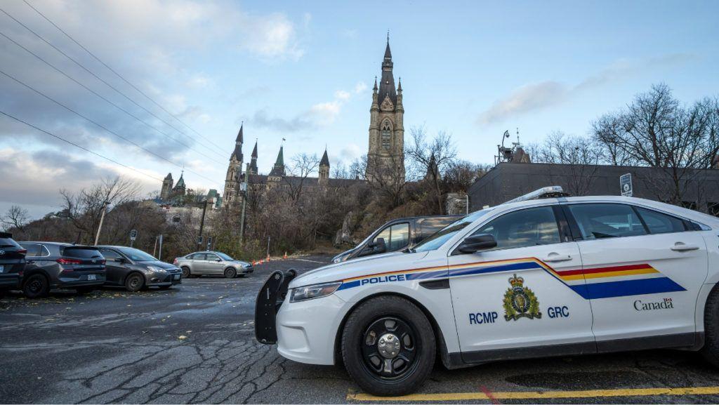 Hihetetlen módon próbált biztonságba helyezni az autójában egy 2 éves gyereket egy kanadai férfi