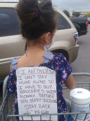Kép: (Facebook) - Egy texasi anyának elege lett a károgókból, kislánya hátára ragasztott papíron egy üzenetet