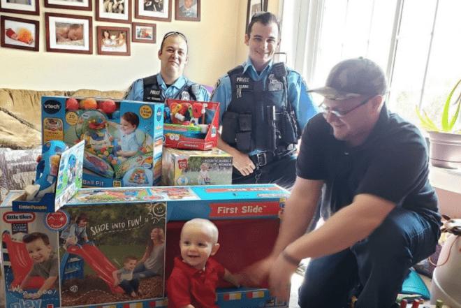 Megható gesztus: a rendőrség vett ajándékot annak a kisfiúnak, akinek édesanyját kirabolták
