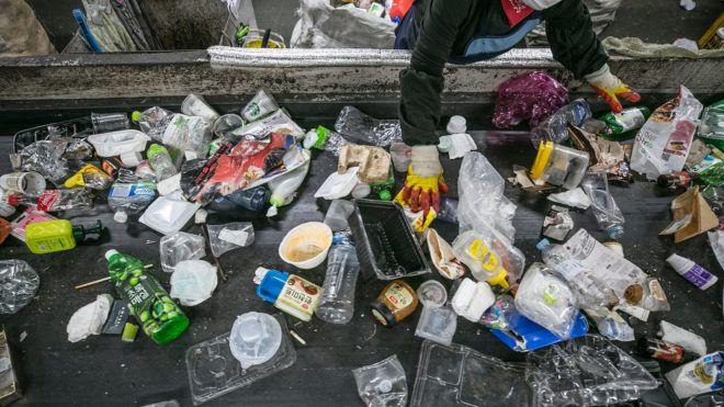 Ciki zacskókkal szoktatná le az embereket a műanyagról egy piac