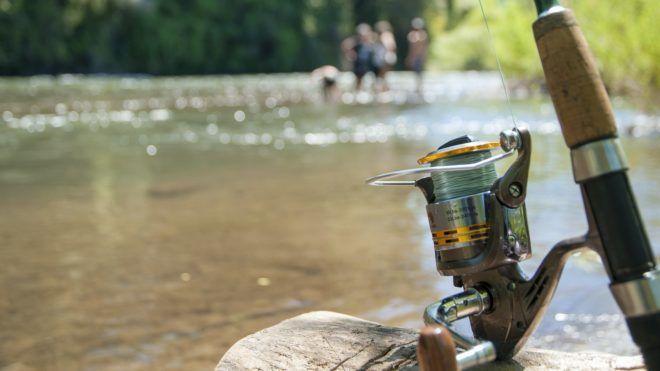 Horgászbot a folyóparton