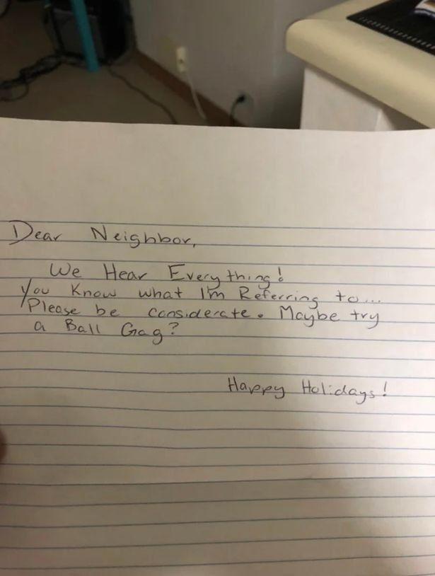 Megalázó üzenetet hagyott szomszédja az üvöltve szexelő pár küszöbén