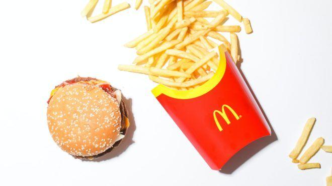 Hamburger és sült krumpli a McDonald'sból