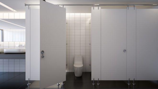 Szex közben szétzúztak egy vécéfülkét küldetésen lévő brit rendőrök