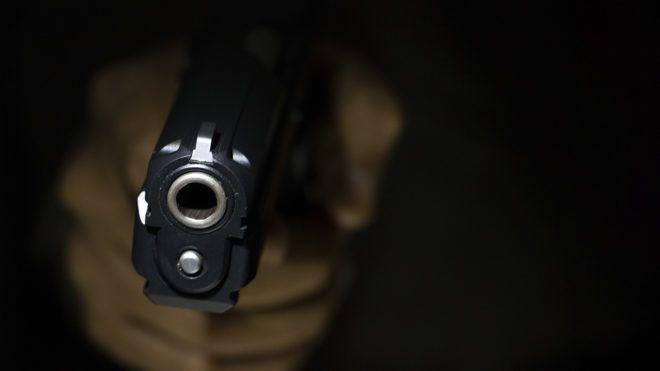 A plafonba lövöldözött a hangos szomszédok miatt, fejlövéssel vitték kórházba