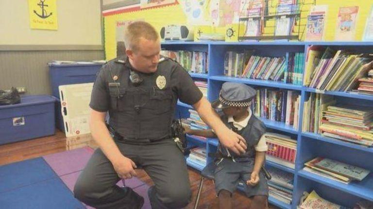 Megható barátság: együtt járőrözik az iskolai rendőr és a beteg kisfiú
