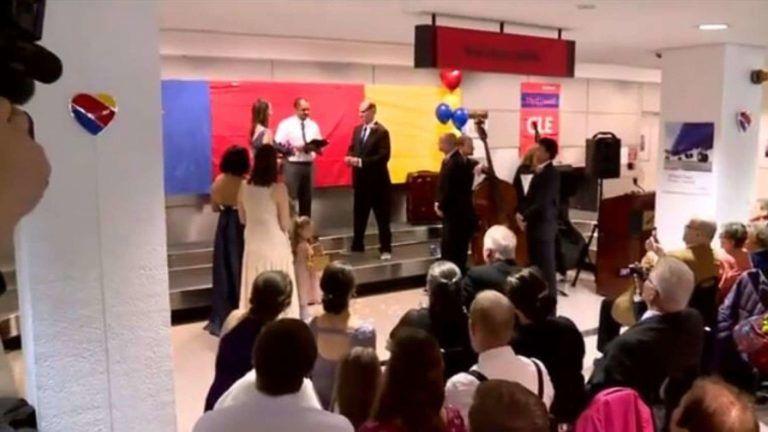 A reptéri csomagkiadónál házasodtak össze
