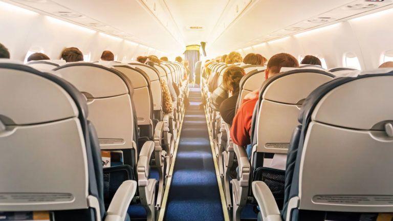 A repülőgépen furcsa pózban ült a pár