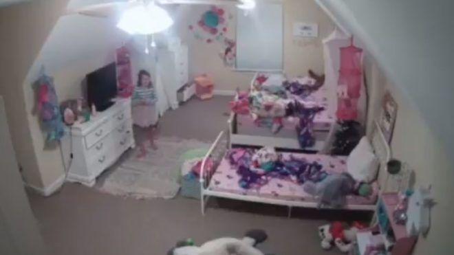 Halálra rémült az anyuka, amikor rájött: egy férfi beszél 8 éves lányához a hálóban lévő biztonsági kamerán keresztül