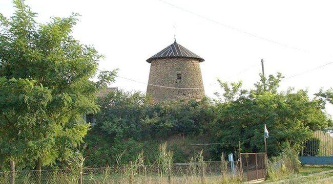 Szeged közelében, a Tisza és a Maros ártere között lévő szigeten fekszik a vagyont érő ingatlan