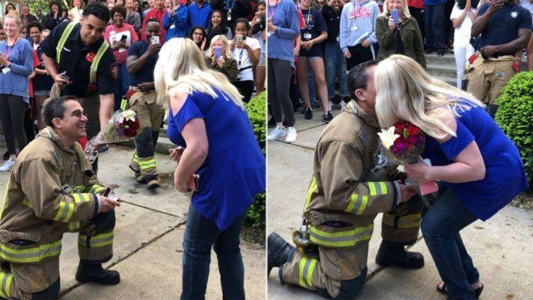 Tűzriadó-gyakorlaton kérte meg a tanárnő kezét a tűzoltó – videó