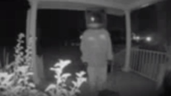 Egy öreg tévének öltözött férfi öreg tévéket hagyott házak előtt