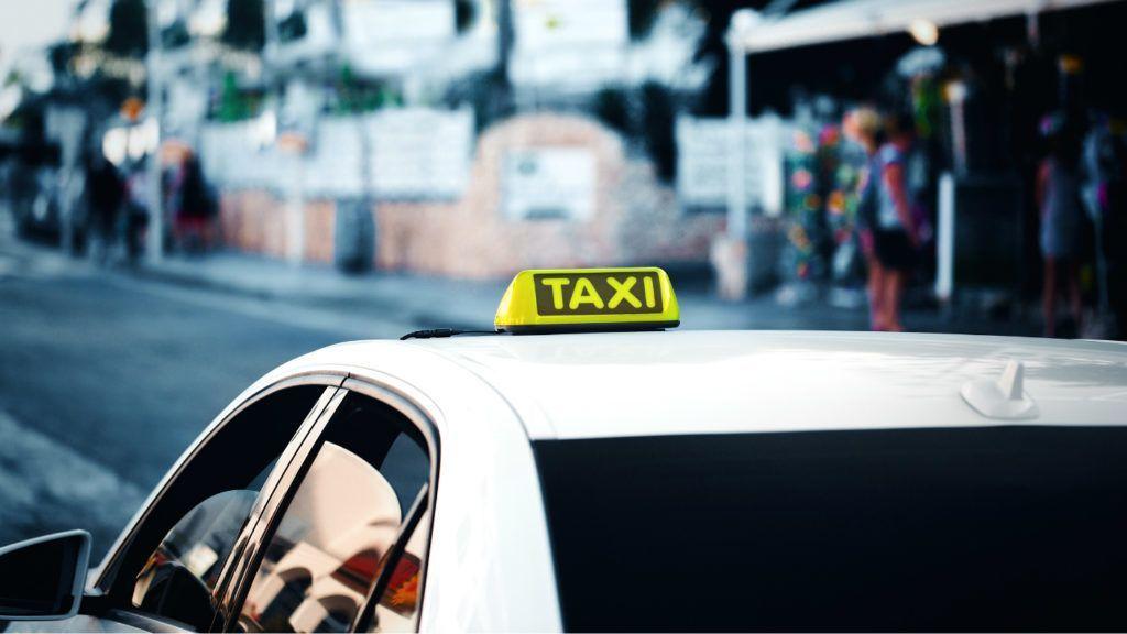 Iszonyatos hangnemben üvöltözött a taxis az anyával, akinek a kocsiban indult be a szülése