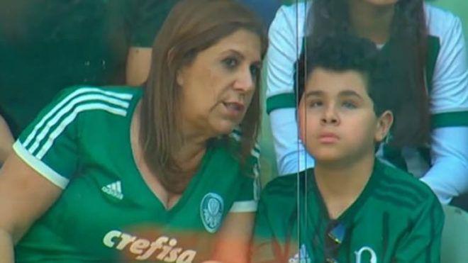 Végig közvetíti a focimeccseket vak és autista fiának a brazil anya